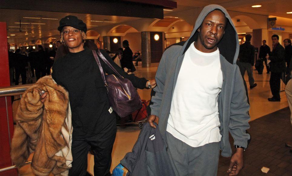 Meltdown público: Durante o auge do seu uso de drogas não foram perdidas datas de concertos, uma parada em um aeroporto devido às drogas e colapsos públicas, aqui ela é vista com o ex-marido Bobby Brown em 2006