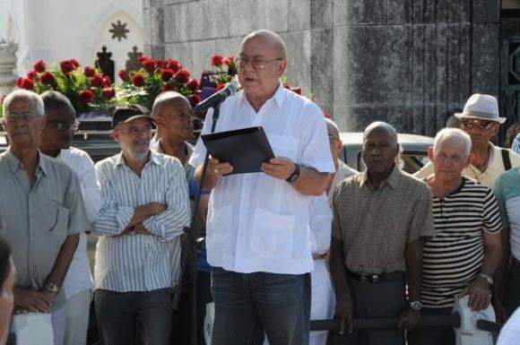 Miguel Barnet (C), Presidente de la Unión de Escritores y Artistas de Cuba (UNEAC), en la despedida de duelo del declamador cubano Luis Carbonell, apodado el Acuarelista de la Poesía Antillana, en el cementerio Cristóbal Colón, en La Habana, Cuba, el 24 de mayo de 2014. AIN FOTO/Omara GARCÍA MEDEROS/sdl