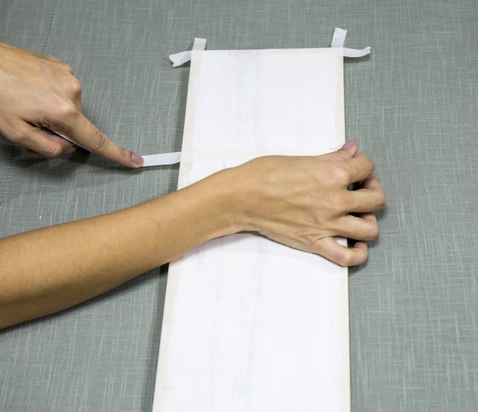 Divida proporcionalmente a madeira e faça uma marcação usando a fita (Foto: Ellen Soares/Gshow)