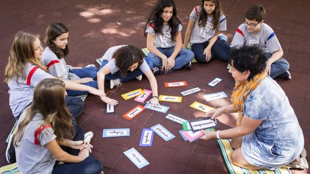 Estudantes do Liceu Franco-Brasileiro debatem bullying e suicídio durante sessão com a orientadora Vera Cunha