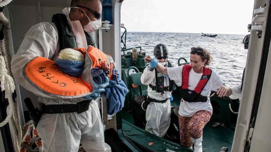 Imagen de archivo: Astrid, matrona de MSF entra en una embarcación de la Guardia Civil española, con un bebé recién nacido en una embarcación en el Mediterráneo. | Foto: Marta Soszynska/MSF.
