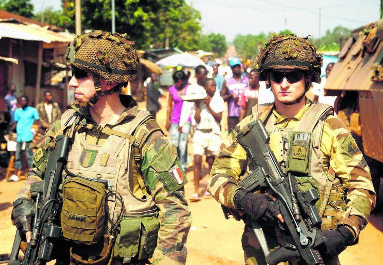 Soldati francesi in un distretto settentrionale di Bangui, Repubblica Centrafricana. Foto LaPresse