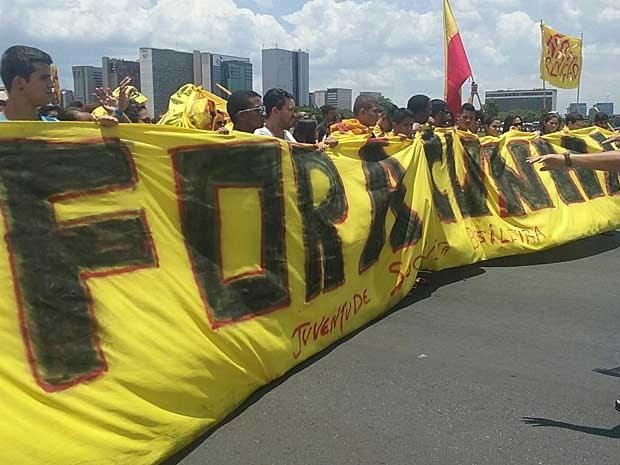 Faixa exibida por estudantes e representantes de movimentos sociais pede saída de Eduardo Cunha da presidência da Câmara dos Deputados (Foto: Carolina Cruz/G1)