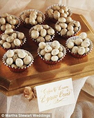 Altın varak kek gömlekleri kahve-krem espresso fasulye düzenledi