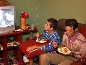Agora pai e filho fazem refeições em casa, em Luziânia (Foto: Reprodução/TV Anhanguera)