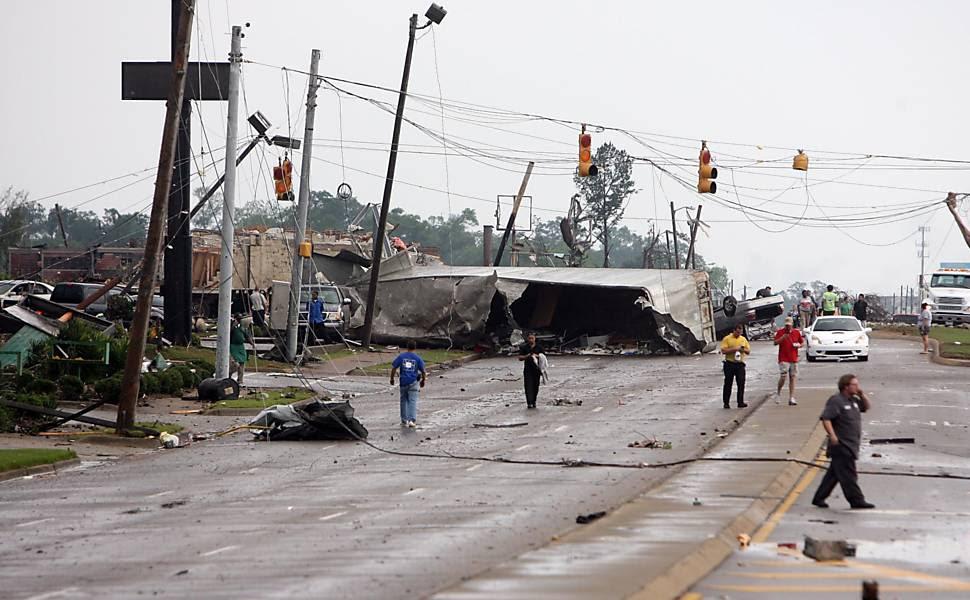 Moradores buscam por pertences em maio à destruição provocada por tempestades em Tuscaloosa, no Alabama (EUA) Leia mais