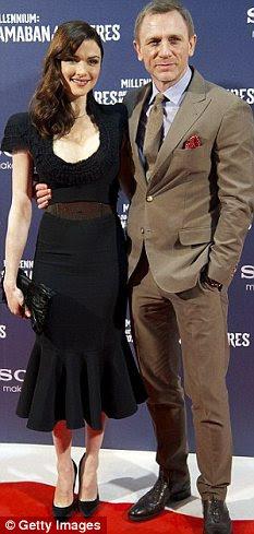 A atriz está ao lado de seu marido James Bond, Daniel Craig