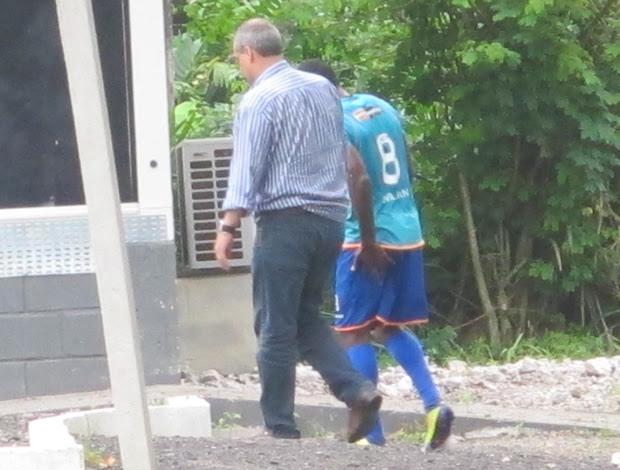 Willians com a mão na coxa acompanhado do médico (Foto: Richard Souza/Globoesporte.com)