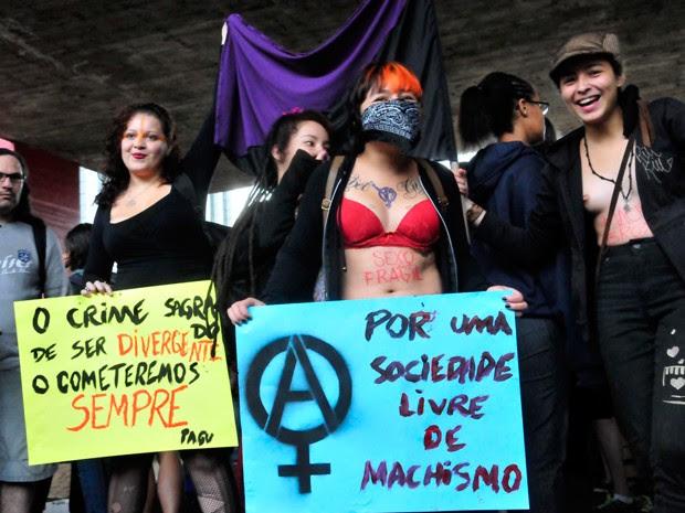 Manifestantes mostram cartazes em protesto contrário ao machismo neste sábado (24) (Foto: Cris Faga/Fox Press Photo/Estadão Conteúdo )