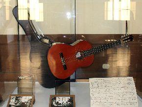 La exhibición muestra artículos como la guitarra de Chabuca Granda