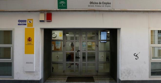 Una mujer dentro de una oficina del Servicio Andaluz de Empleo, en Sevilla. REUTERS/Marcelo del Pozo