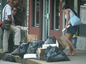 La basura comienza a acumularse en las calles de Pérez Zeledón. CRH