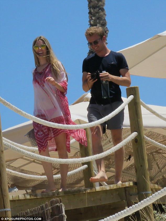 Cubra-se: No final do dia, os pais descascadas em algum vestuário de protecção contra o sol escaldante como Nico usava uma camisa da marinha simples, enquanto Vivian parecia sensacional em um kaftan esvoaçante chiffon