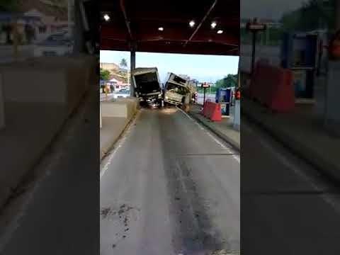 Chocan dos camiones al tratar sus conductores de pagar el peaje al mismo...