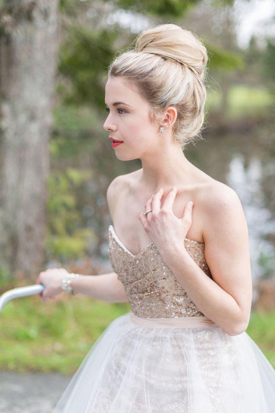 ein Champagner-farbige trägerlosen Hochzeitskleid zu glänzen ein wenig, und Sie stand draußen im Schnee