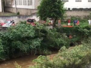 Bombeiros buscam homem que desapareceu no rio Buquirinha (Foto: Vanguarda Repórter/Henrique De Almeida)