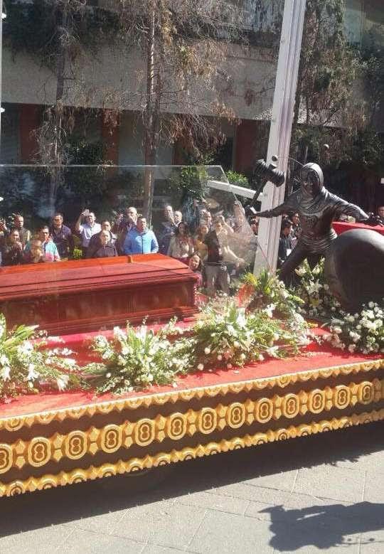 Cortejo com corpo de Bolaños reúne fãs na Cidade do México