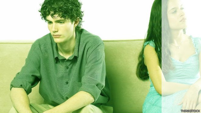 Joven triste por ruptura amorosa