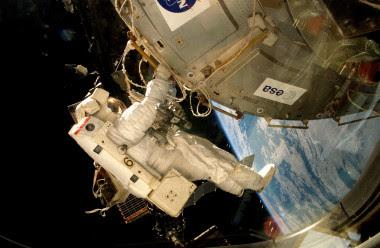 Un astronauta coloca la plataforma EXPOSE-E en la Estación Espacial Internacional. / ESA