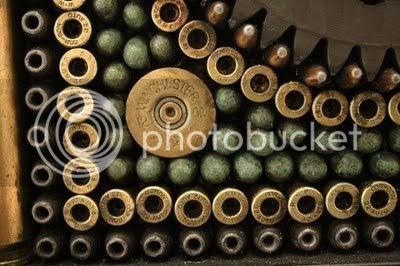 patungpelurudanpistol8 [Gambar Menarik] Seni Patung Dari Pistol Dan Peluru