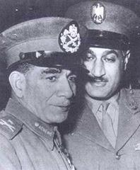 Nasser insieme a Mohammed Neghib. Fautore di un'evoluzione graduale e di un regime pluripartitico, Neghib - cui nel '52 era stata affidata la presidenza del governo militare e nel '53 la presidenza della repubblica - si urtò col più radicale Nasser e fu destituito alla fine del '54, quando di fatto già da alcuni mesi aveva ceduto al suo rivale ogni potere effettivo.