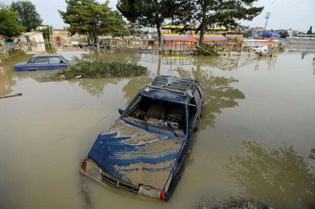 Indundação na cidade russa de Krymsk deixou casas e carros debaixo d'água (Foto: Mikahail Mordasov / AFP)