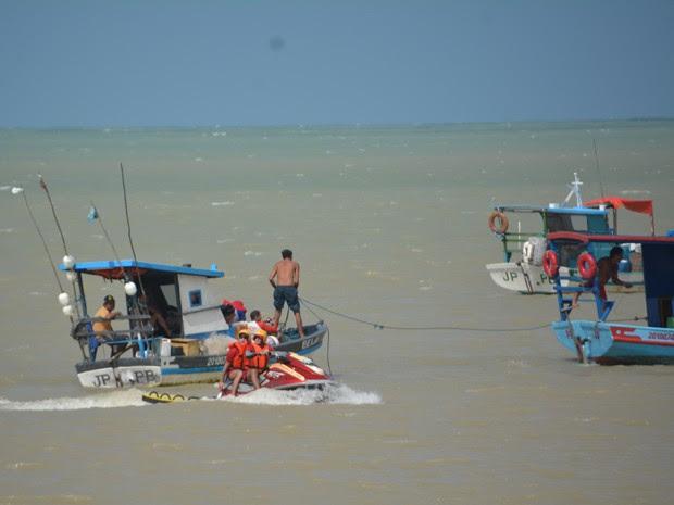 Barco fica à deriva em praia de João Pessoa, na Paraíba (Foto: Walter Paparazzo/G1)