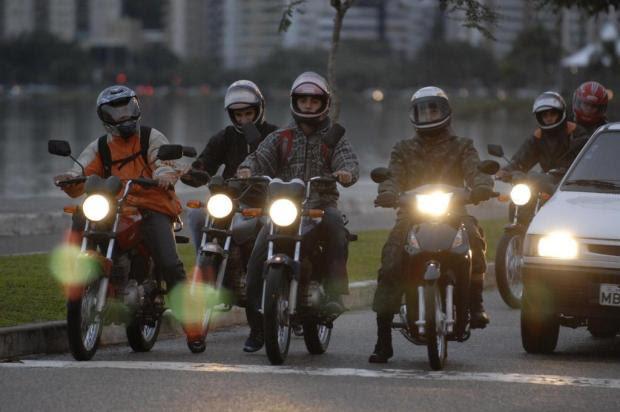 Iluminação é obrigatória para os motociclistas em qualquer horário do dia Daniel Conzi/Agencia RBS