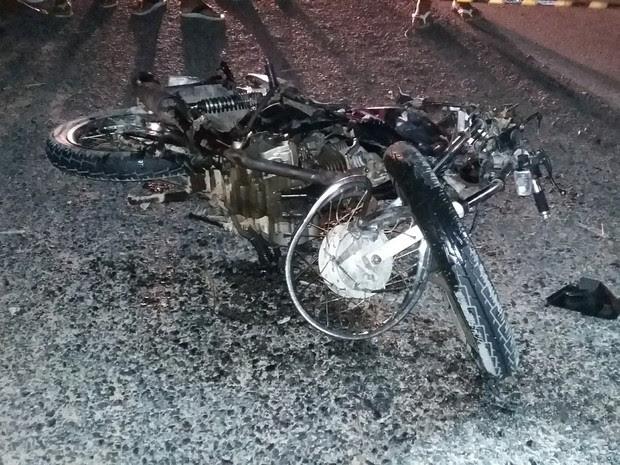 Vítimas estavam na moto quando foram atingidos por uma carreta (Foto: Divulgação/PRF)