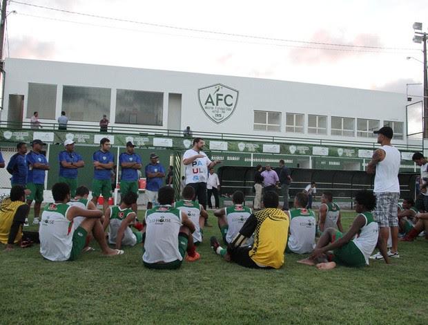 Anthony Armstrong, presidente do Alecrim, conversa com jogadores (Foto: Gabriel Peres/Divulgação)