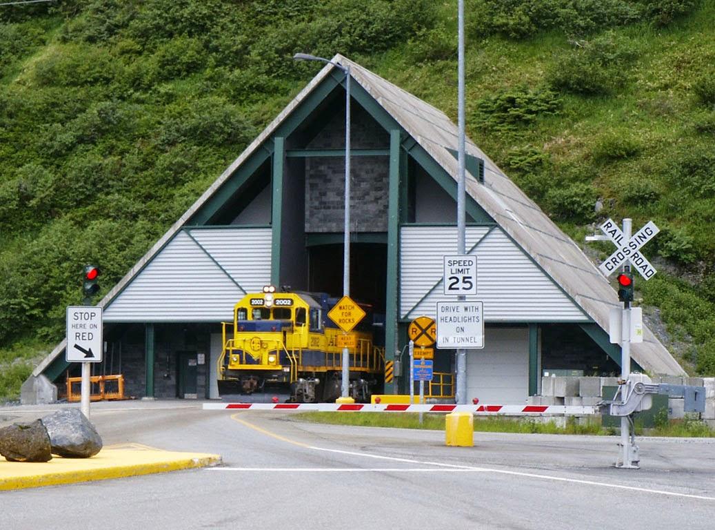 Struktur menyerupai rumah sederhana di kaki gunung ini mungkin tampak  menyerupai kediaman priba Terowongan yang Dilintasi Kereta Api dan Kendaraan Bergantian