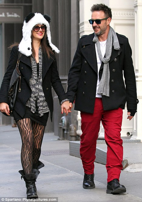 Novo romance: David Arquette, e sua namorada Christina McLarty as mãos, enquanto em Nova York