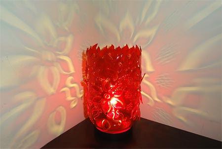 مصباح يضيء وعاء من البلاستيك