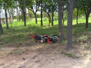 Condutor da motocicleta morreu com o impácto da batida (Foto: Polícia Militar/Divulgação)