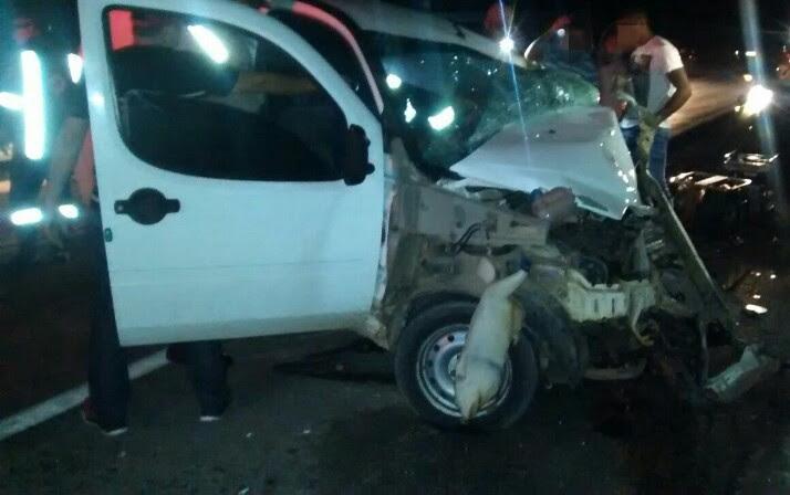 Carro teria invadido a contramão quando colidiu com caminhão, segundo PRF (Foto: Divulgação / PRF)