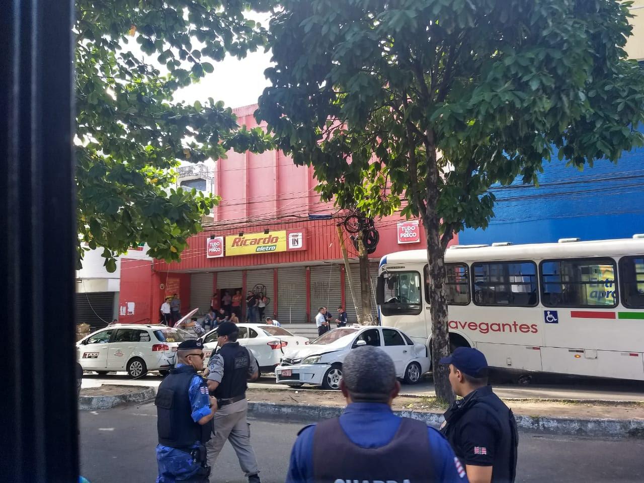 cab36535 5d9e 4ba9 bd85 4bd12ccd4a8f - VEJA VÍDEO: Motorista de ônibus perde controle, invade calçada, destrói veículos e deixa feridos no Parque da Lagoa