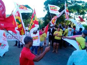 Grupo bloqueou BR-101, em Itabuna, na manhã desta terça (Foto: Central dos Trabalhadores da Bahia Regional Sul Bahia)