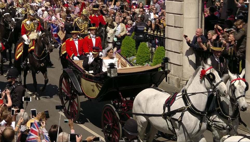 El duque y la duquesa de Sussex fueron recibidos con vítores y gritos de simpatizantes en el camino