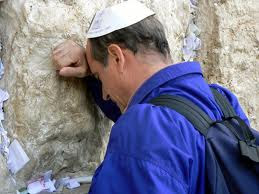 Evreu rugandu-se la Zidul Plangerii