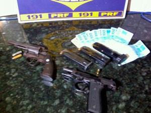 Pistola 380 e revólver calibre 38 foram apreendidos (Foto: Divulgação/PRF)