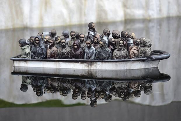 Banco de refugiados é parte de uma instalação de Banksy exposta no museu no sul da Inglaterra (Foto: Toby Melville/Reuters)