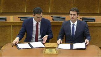 Rivera i Sánchez, firmant l'acord al Congrés