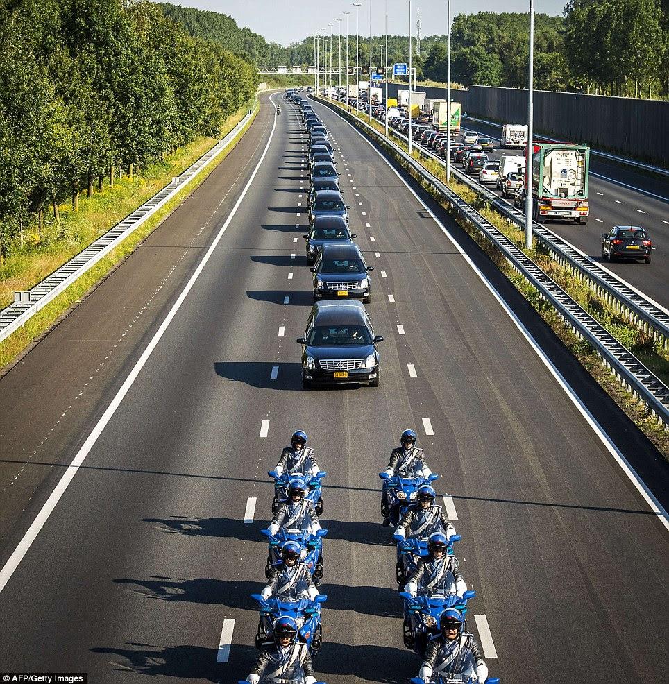12 Gambar Ketibaan Mayat  Mangsa Nahas MH17 Di Belanda