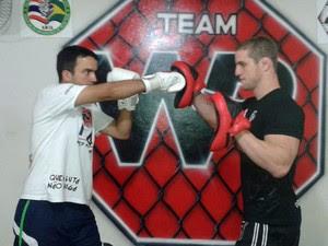 Rodrigo começou a fazer aulas de muay thai junto com o treinador e lutador de MMA Wagner Silva (Foto: Arquivo pessoal/Rodrigo de Almeida Silva)