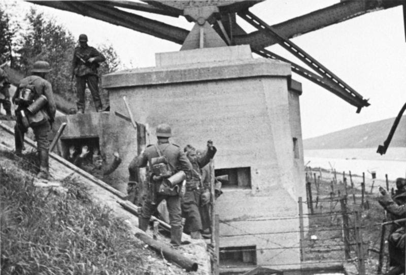 http://upload.wikimedia.org/wikipedia/commons/1/12/Bundesarchiv_Bild_146-1974-061-017,_Belgien,_Albert-Canal,_Gefangene.jpg