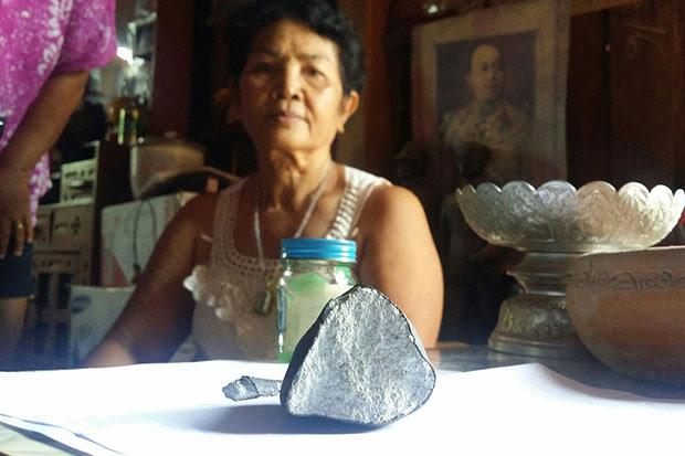 météorite thaïlande, météorite tombe en panne sur la maison en thailande, thaïlande météorite, les accidents «Météorite» à travers le toit de la maison thailande, météorite thailande plantages par le toit, thaïlande météorite plante toit thailande