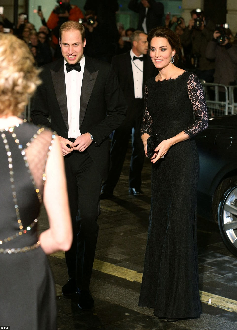 Ksiaze i ksiezna Cambridge na Royal Variety Performance / Ksiaze Harry w Suffolk.