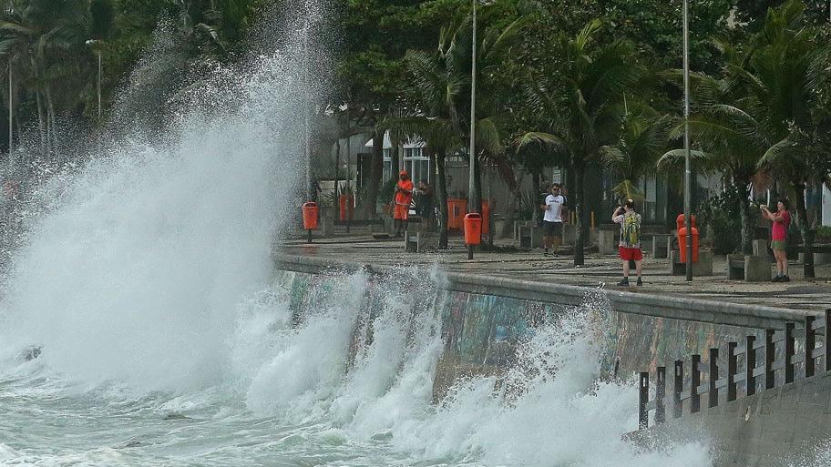 - A chegada de uma frente fria trouxe ventos fortes e  agitou o mar do Arpoador  . Foto: Fábio Motta/Estadão