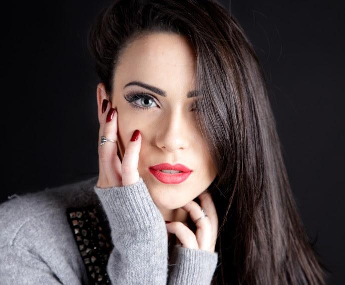 Gabrielle Cardoso mostra o rosto de porcelana com os lindos olhos claros (Foto: Raphael Ps)