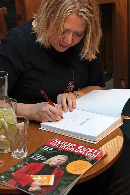 Raamatuid signeerimas.